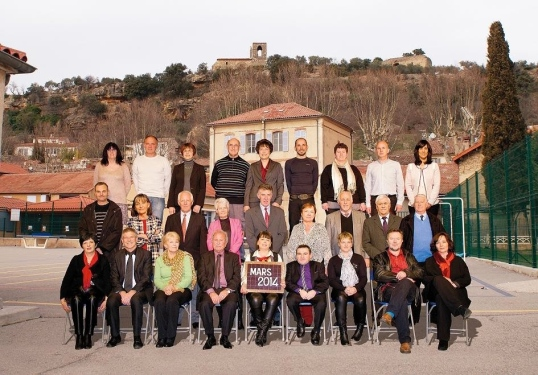 conseil municipal posant pour une photo de classe (enfin, si l'on peut dire)